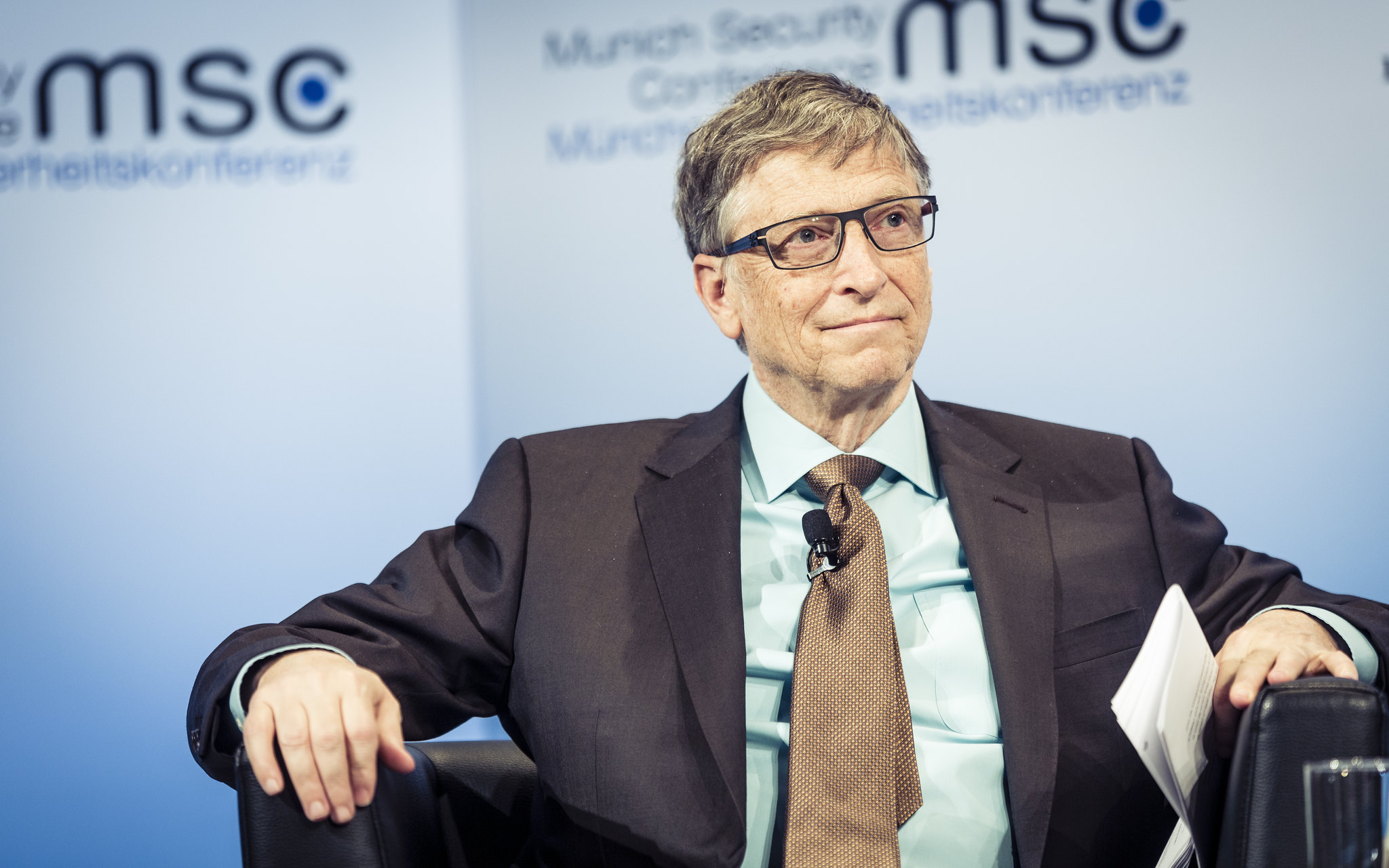 Bill Gates (Greg Rubenstein/https://www.flickr.com/photos/188027733@N06/49790335083/in/photolist-2iRNtXa-66NNXY-48nwzq-4p13Ry-DUGN1-4oZWhf-4oVX16-4oF1Hr-7yKF74-c4rYdb-6p5okR-7yKBZe-2gk4W-9rV9F-4oZVZQ-4oZXSs-4oZWEN-4oZViC-4oVXFH-4oVRHZ-4oVXkM-G8wEL-2dkSuvi-n9nC9k-yPEh7-8vFMRh-6cfcoE-2kPboP-5MM17t-DUf1k-2nqk7-5tL68M-bWuj7o-7WYH1m-3qAFNz-DUGNa-4vU22T-4vacJm-sff3N-abSej4-VuRNjr-6UapKn-4ntTLj-PnB6e-ezzm2V-3c1v1v-NbX3t-J8jccd-7z814x-5Xu8av)